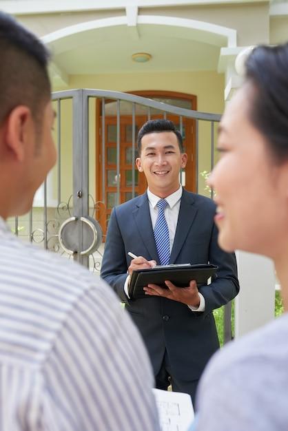 Agente imobiliário reunião com casal Foto gratuita