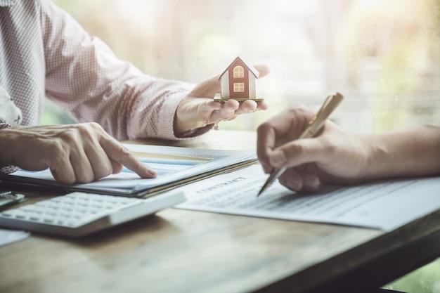 Agentes imobiliários discutindo sobre empréstimos e taxas de juros para comprar casas Foto Premium