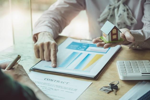 Agentes imobiliários discutindo sobre empréstimos e taxas de juros Foto Premium
