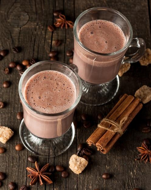 Agitação de chocolate no fundo de madeira. Foto Premium