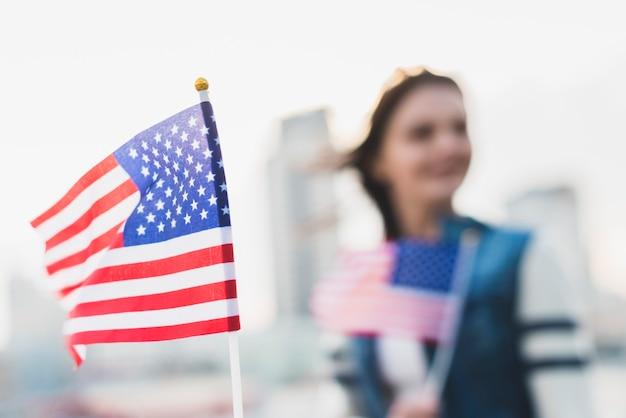 Agitando a bandeira americana no dia da independência Foto gratuita