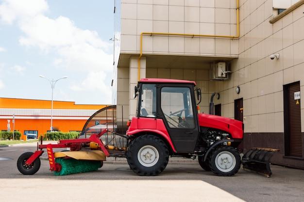 Agricultor em trator preparando a terra para semear. Foto Premium
