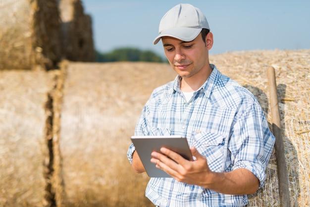 Agricultor moderno usando seu tablet Foto Premium