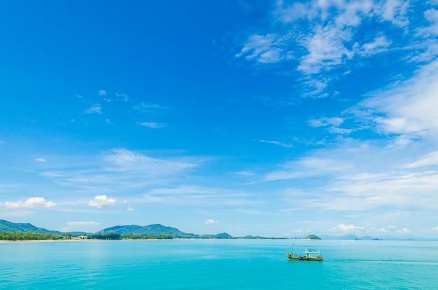 Água clara e céu azul. praia na província de krabi, tailândia. Foto Premium