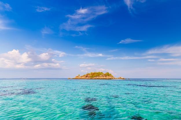 Água clara e lindo céu na ilha paradisíaca no mar tropical da tailândia Foto Premium
