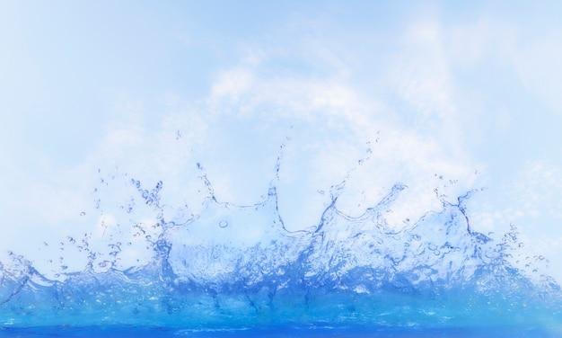 Água clara, espirrando contra o céu azul Foto Premium