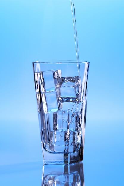 Água cristalina com gelo Foto gratuita