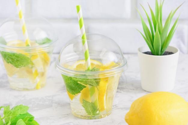Água de desintoxicação de folha de hortelã de limão suculenta de limpeza fresca Foto Premium