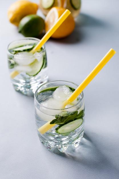 Água de desintoxicação para beber durante e após o exercício Foto Premium