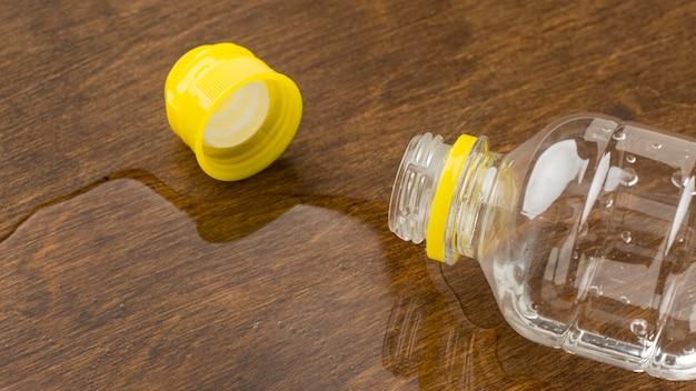 Água derramada de uma garrafa com tampa Foto gratuita