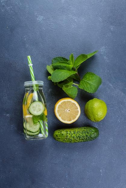 Água desintoxicação fria com limão, pepino e hortelã. vista superior com espaço de cópia. natural, saudável orgânico Foto Premium