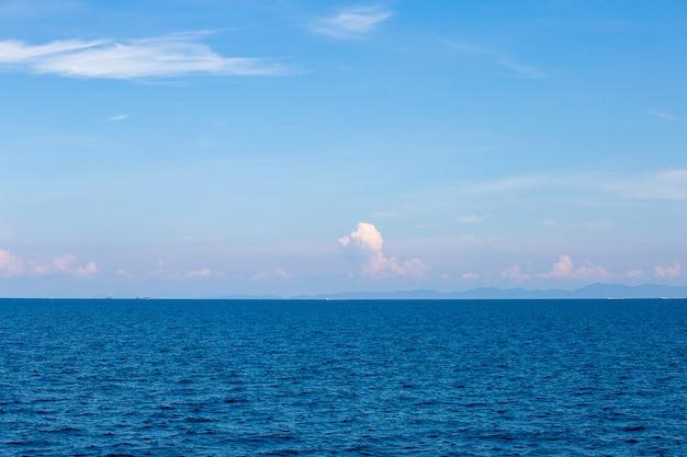 Água do mar azul com espuma do mar Foto Premium