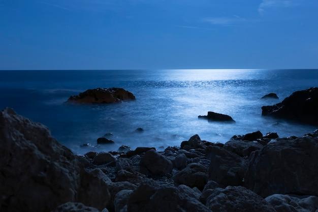 Água do oceano bonito do ângulo à beira-mar Foto gratuita