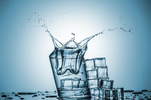 Água em copo com respingos de água Foto gratuita