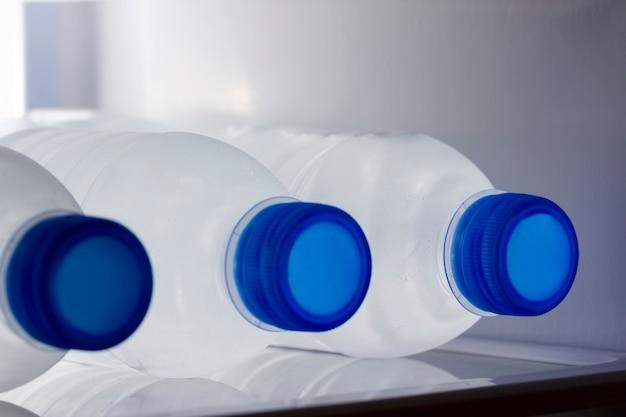 Água engarrafada na geladeira Foto Premium