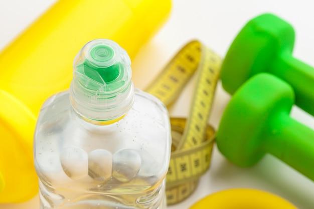 Água engarrafada para uma vida saudável e fita métrica Foto Premium