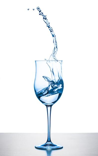 Água espirrando de vidro Foto Premium