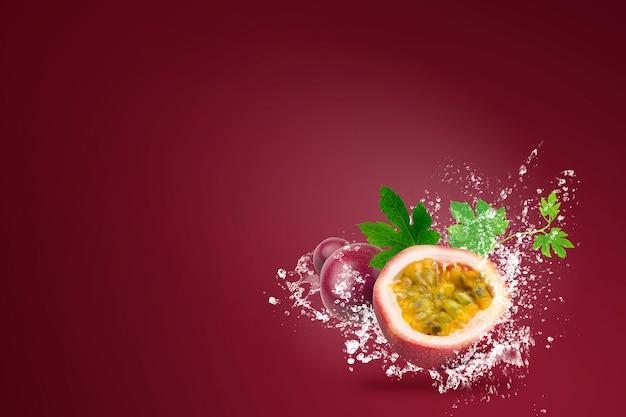 Água espirrando em fresh passionfruit on red Foto Premium