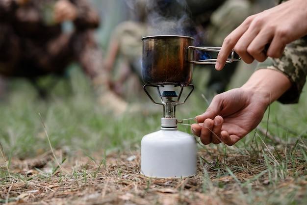 Água fervente no piquenique caminhadas fogão balão. Foto Premium
