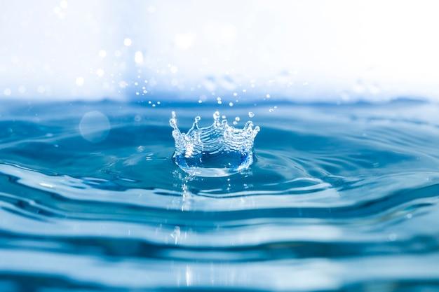 Água fundo com ondas e queda de queda Foto gratuita