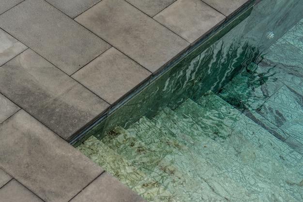 Água limpa de uma piscina durante o dia Foto gratuita
