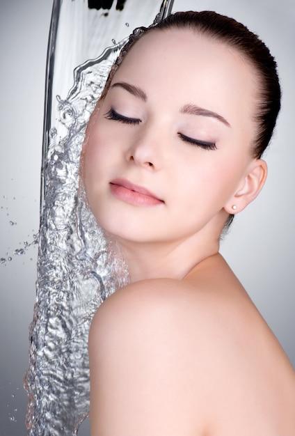 Água limpa no lindo rosto e corpo feminino Foto gratuita