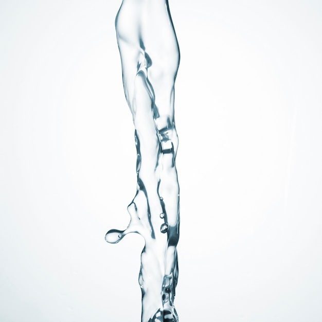 Água limpa que flui no fundo branco Foto gratuita