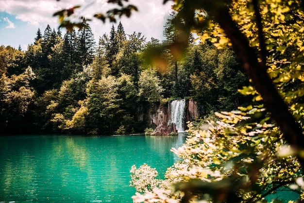 Água majestosa da cachoeira da montanha e do lago de turquesa. Foto Premium