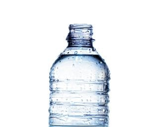 Água mineral engarrafada Foto gratuita