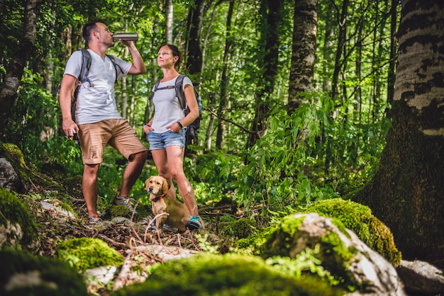 Água potável de alpinista na floresta Foto Premium