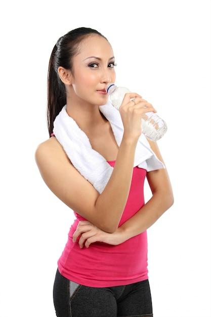 Água potável de sorriso asiática atrativa da mulher Foto Premium