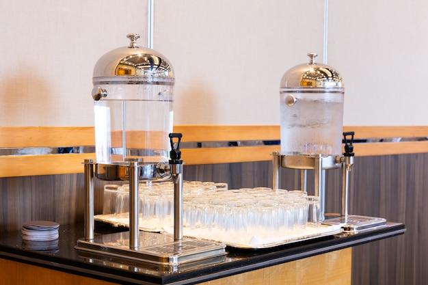Água potável no refrigerador do dispensador de suco Foto Premium