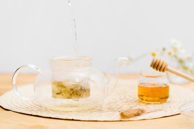 Água quente derramando no bule de chá Foto gratuita