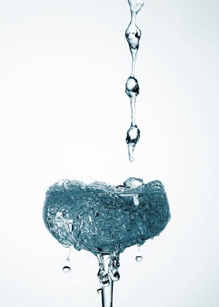 Água realista derramando em close-up de vidro Foto gratuita