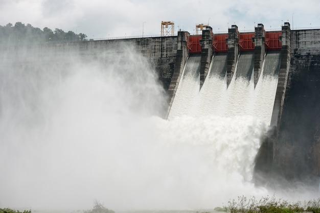 Água transbordada nessas barragens passa por vertedouros na barragem de khun dan prakan chon, tailândia Foto Premium