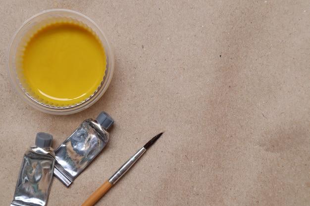 Aguarela amarela, pronta a usar, copos e escovas de plástico Foto Premium