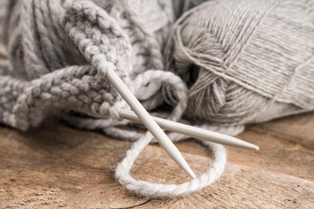 Agulhas de crochê de lã e plástico Foto gratuita