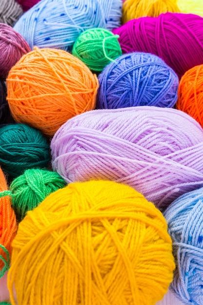 Agulhas de tricô com uma bola Foto Premium