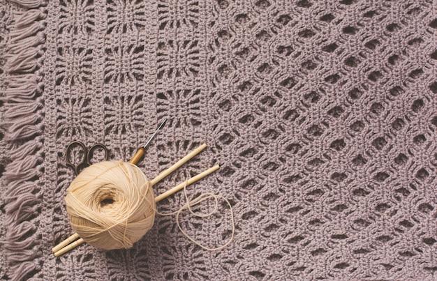 Agulhas de tricô de madeira, tesouras e fios Foto Premium