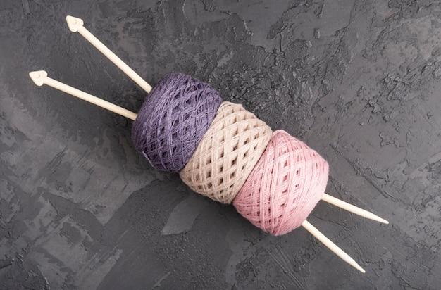 Agulhas e fios de lã na ardósia Foto gratuita