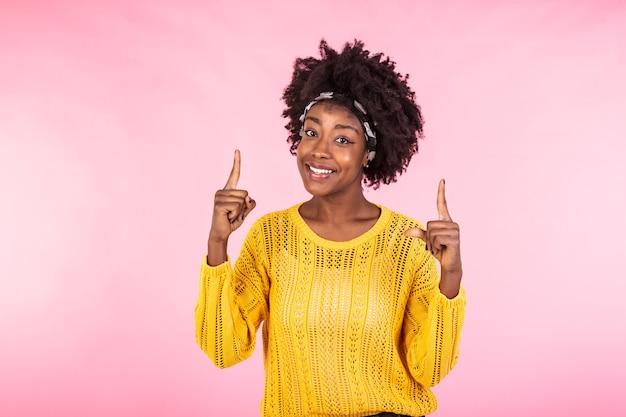 Ainda bem que a mulher satisfeita mantém as mãos levantadas e aponta os dedos para cima. Foto Premium