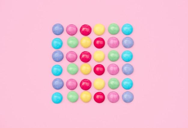 Ainda vida colorida com doces e presente no fundo azul. Foto Premium