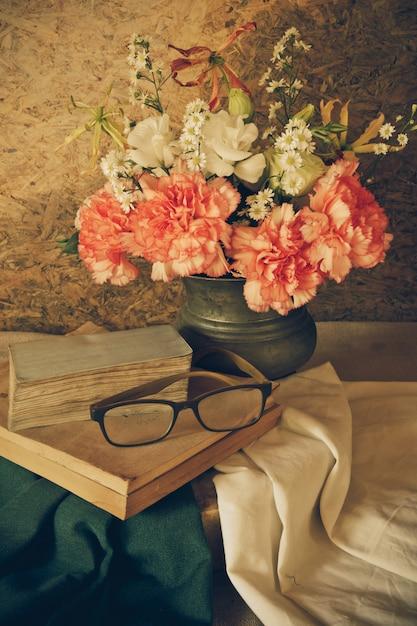 Ainda vida com óculos descansando em um livro Foto Premium