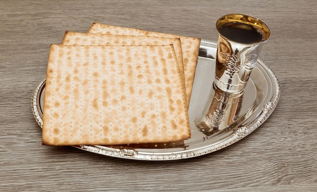 Ainda-vida com vinho e matzoh pão de páscoa judaica Foto Premium