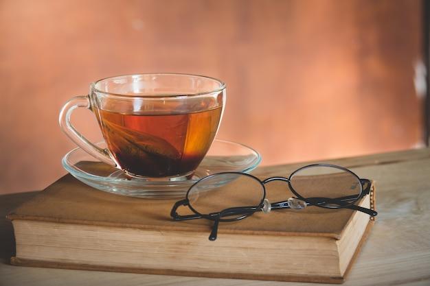 Ainda vida de chá com livro Foto Premium