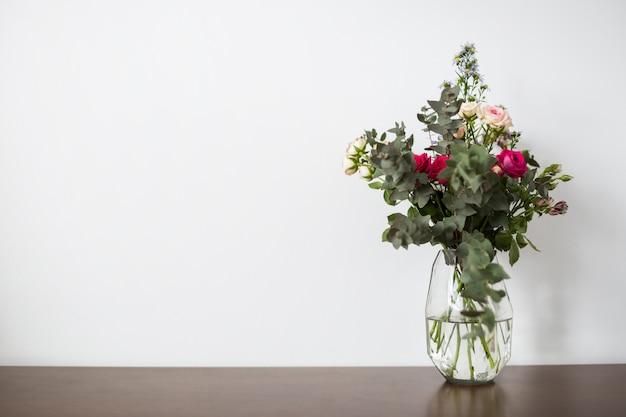 Ainda vida de flores com copyspace Foto gratuita