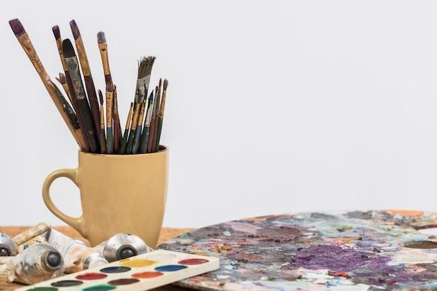 Ainda vida de materiais de pintura Foto gratuita