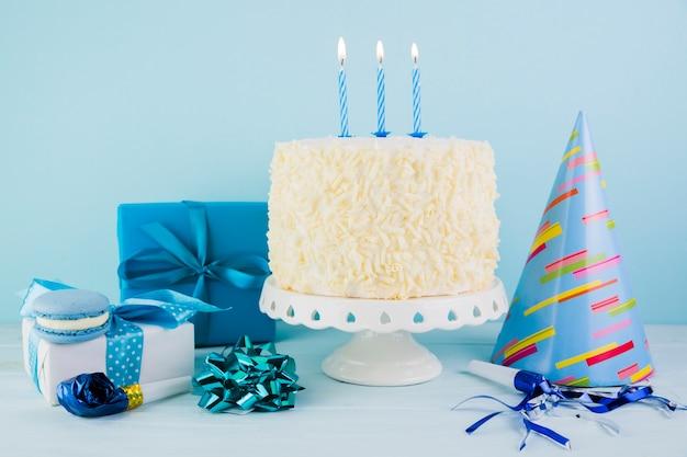 Ainda vida de saboroso bolo de aniversário com presentes Foto gratuita