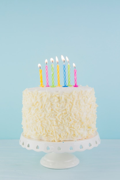 Ainda vida de saboroso bolo de aniversário Foto gratuita