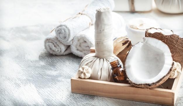 Ainda vida de spa com produtos de cuidados com o corpo e coco frescos Foto gratuita
